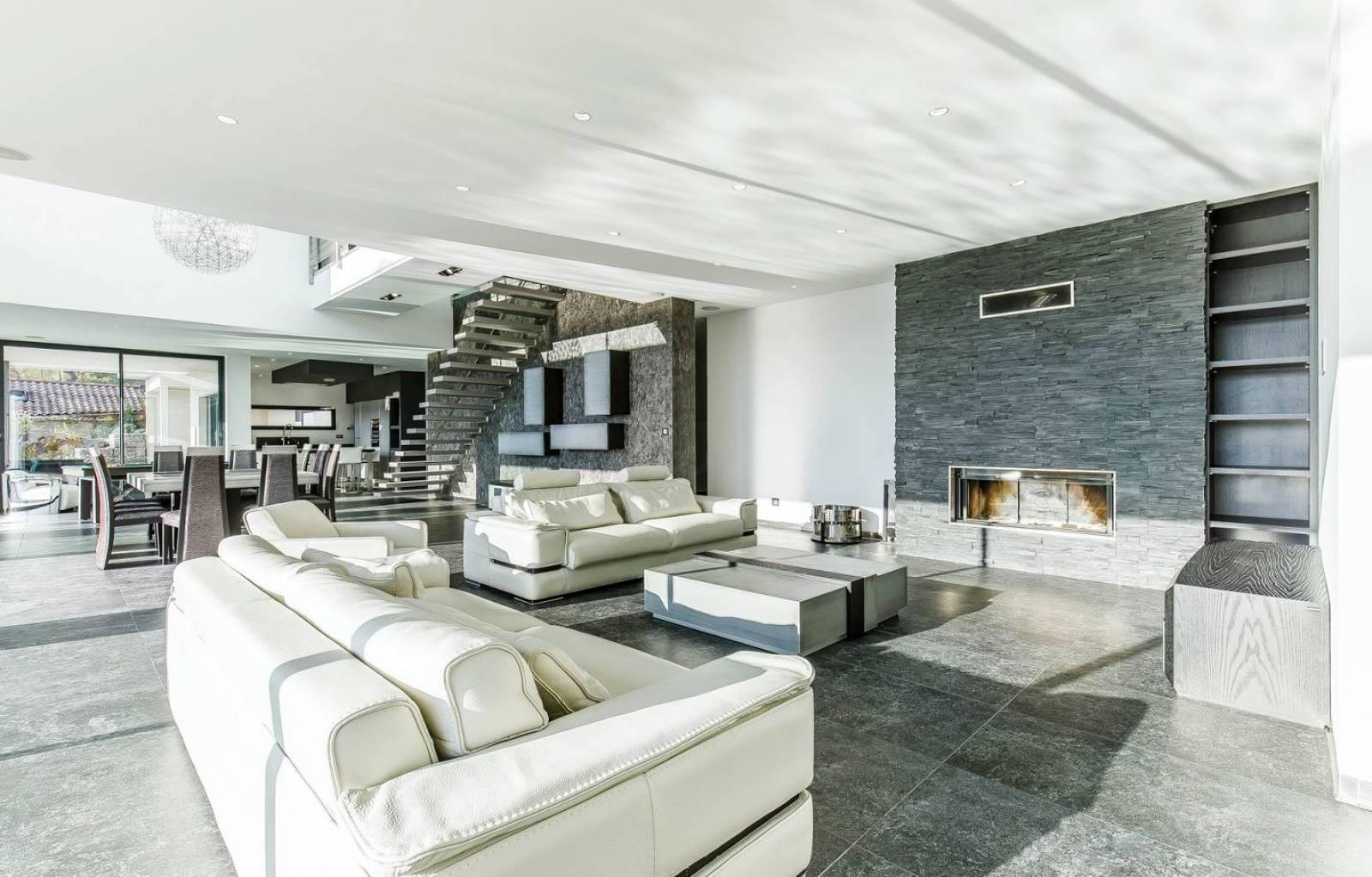 maison contemporaine cl en main avec tage et balcon en porte faux vienne construction et. Black Bedroom Furniture Sets. Home Design Ideas